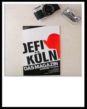 """Im Rahmen eines studentischen Servicedesign-Projekts entstand der Prototyp eines Magazins für die Organisation """"Defi Köln"""". In diesem Magazin werden die Rubriken Vereinsarbeit, Wissenschaft, Gesellschaft und Design im Bezug auf medizinische Themen behandelt."""